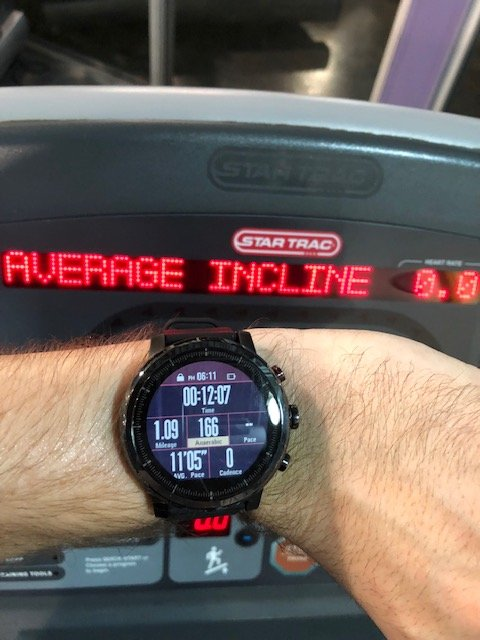 The Amazfit Stratos in action on the treadmill, matching the readings for heart rate monitor, calories, and mileage with the addition of VO2 max readings.
