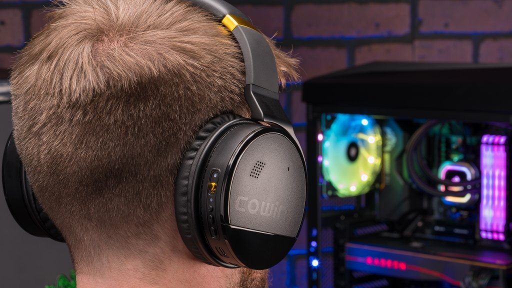 In use, the E8 Bluetooth headphones are comfortable, despite their large appearance.